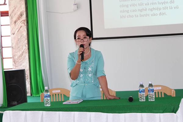 Bà Võ Thị Liễu - chủ tịch HĐQT công ty tập huấn cho cán bộ công nhân viên Chiến lược kinh doanh